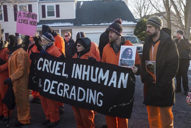 Des militants des collectifs Code Pink et Witness Against Torture manifestent devant la maison du directeur de la CIA, John Brennan, à Washington, le 10 janvier.