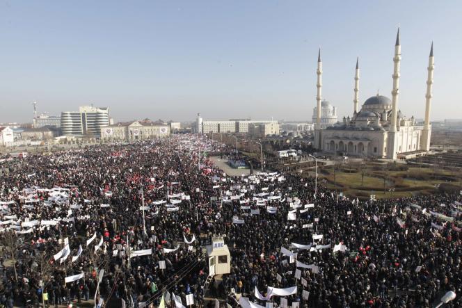 Des dizaines de milliers de personnes ont manifesté à Grozny, capitale de la Tchétchénie, le 19janvier, contre la publication de caricatures du prophète Mahomet, douze jours après l'attaque meurtrière contre l'hebdomadaire satirique français «Charlie Hebdo».