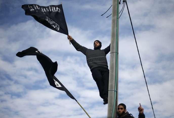 Un salafiste palestinien brandit un drapeau lors d'une manifestation contre la une de