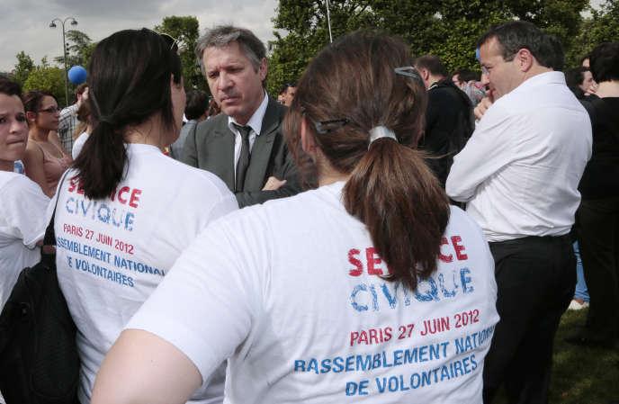 Thierry Rey (de face), conseiller sport et jeunesse du président de la République, François Hollande, discute avec de jeunes engagés durant le rassemblement national des volontaires au service civique, le 27juin 2012.