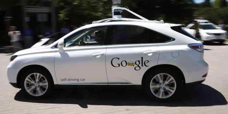 <b>C'est quoi ? </b>C'est probablement le plus connu des projets futuristes de Google : des voitures sans conducteur, capables de naviguer seules - sous supervision humaine. <br> <b>Où en est l'idée ? </b>Principalement testés en Californie, ces véhicules commencent à apparaître dans d'autres Etats américains, en fonction des légilsations locales. Ils n'en sont cependant pas encore au stade commercial.