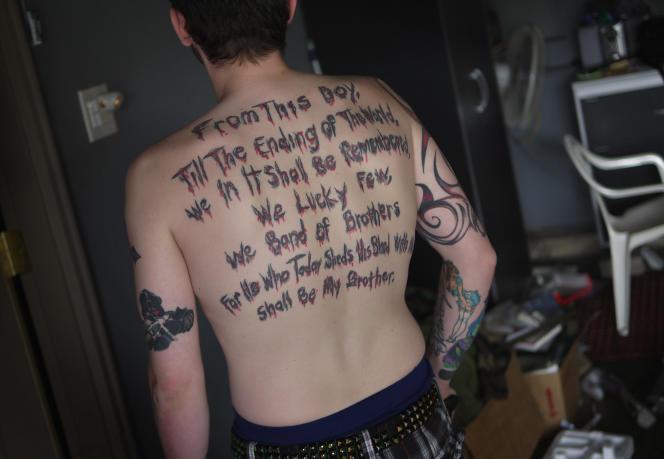 Un vétéran de l'US Army présente, en mai 2012? une citation d'Henry V, de William Shakespeare, tatouée sur son dos en hommage à ses camarades d'Irak.