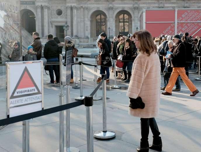 Devant le musée du Louvre, à Paris, le 17 janvier.