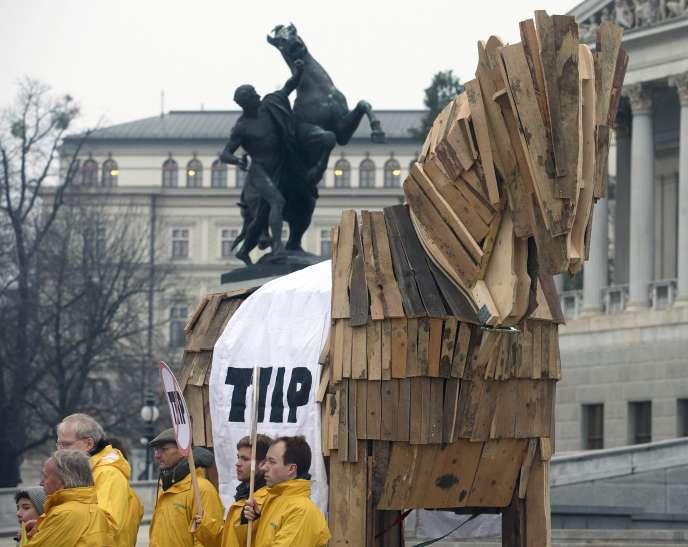 Manifestation contre le traité transatlantique à Vienne, le 20 janvier. En quelques mois, le traité transatlantique s'est transformé en épouvantail pour une opinion publique de plus en plus eurosceptique et inquiète de voir son mode de vie revisité à la sauce américaine.