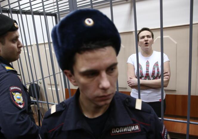 Nadejda Savtchenko, lors de sa comparution devant un tribunal russe, le 11novembre2014, à Moscou. Agée de 33 ans, la prisonnière est accusée de