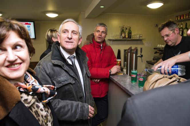 Charles Demouge et Laurent Wauquiez dans un bar d'Audincourt, le 20 janvier.