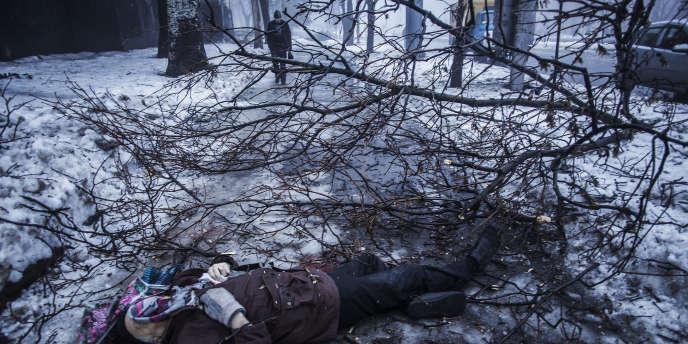 A Donetsk, le 20 janvier 2015, une victime civile des combats de ces derniers jours dans le Donbass.