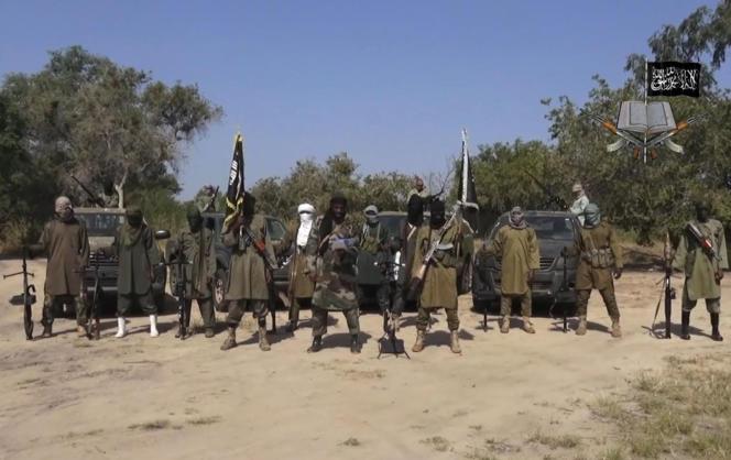 Le chef de Boko Haram, Abubakar Shekau (au centre), dans une vidéo diffusée le 31 octobre 2014 par le groupe djihadiste.