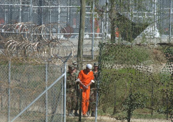 Un détenu de Guantanamo mené à un interrogatoire, en 2002.