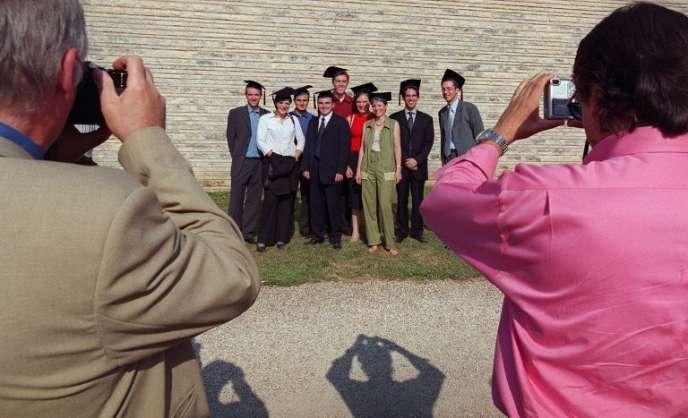Des diplômés de Mastères de gestion d'HEC se font photographier, coiffés de leurs toques, le 16 juin 2003 sur le campus de l'école à Jouy en Josas, près de Paris, après la remise de leur diplôme.(FILM)
