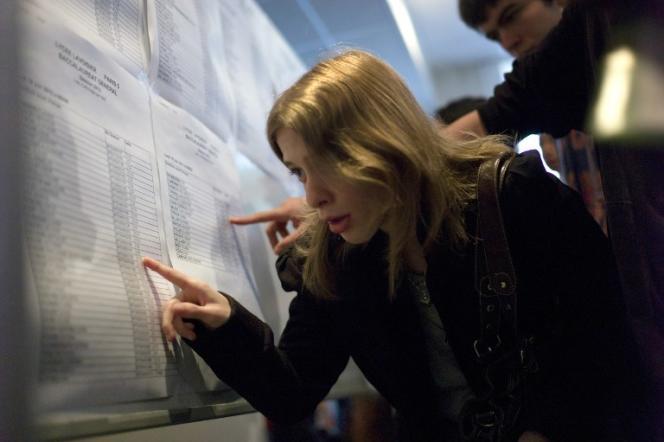 Une lycénne parisienne durant les épreuves du baccalauréat (18 juin 2012)