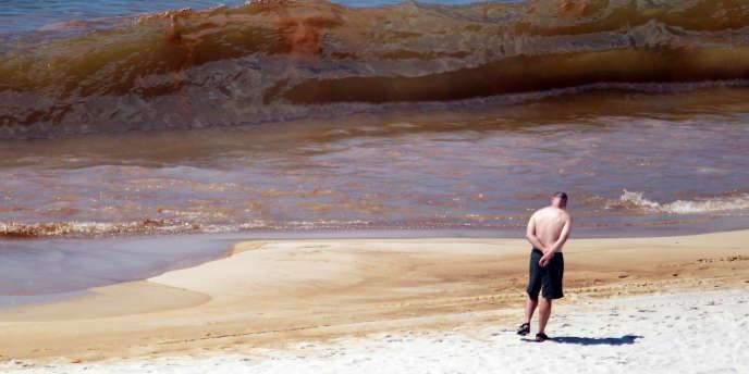 Entre avril et juin2010, plus de trois millions de barils de pétrole ont été déversés  dans l'océan Atlantique après l'explosion de la plate-forme Deepwater Horizon. Sur la photo, Orange Beach, dans le golfe du Mexique.