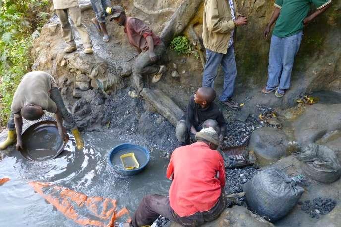 Une équipe d'orpailleurs à Musebe, l'une des rares mines en République démocratique du Congo où les ouvriers utilisent des détecteurs de métaux.