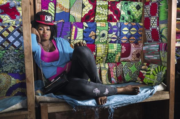 Au marché de Kinshasa, en République démocratique du Congo, le stand de la firme néerlandaise Vlisco. Il faut compter de 50 à 150 dollars le coupon selon la gamme de tissu.