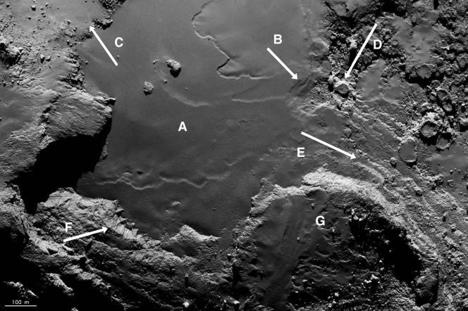 La région baptisée «Imhotep», au centre de l'image. La partie lisse est cernée de formations plus tourmentées comme des dépressions, des «rochers»...