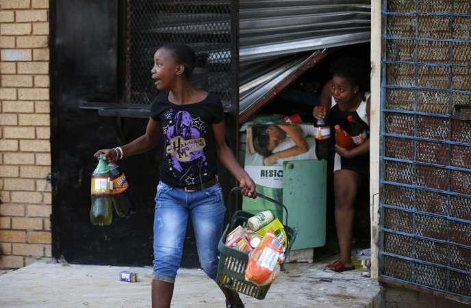 A Soweto, lors du pillage d'un magasin appartement à des étrangers, le 22 janvier.