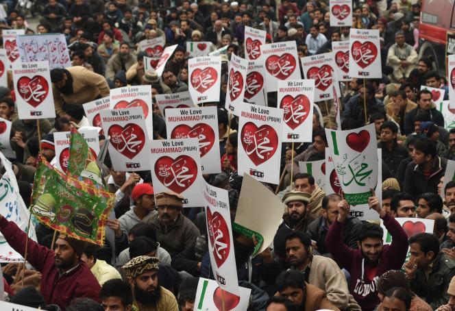 Manifestation contre l'hebdomadaire«Charlie Hebdo»au Pakistan. « A bas Charlie Hebdo, à bas les blasphémateurs ! », ont scandé les manifestants réunis à l'initiative du Sunni Tehreek, un mouvement politico-religieux né au début des années 1990.