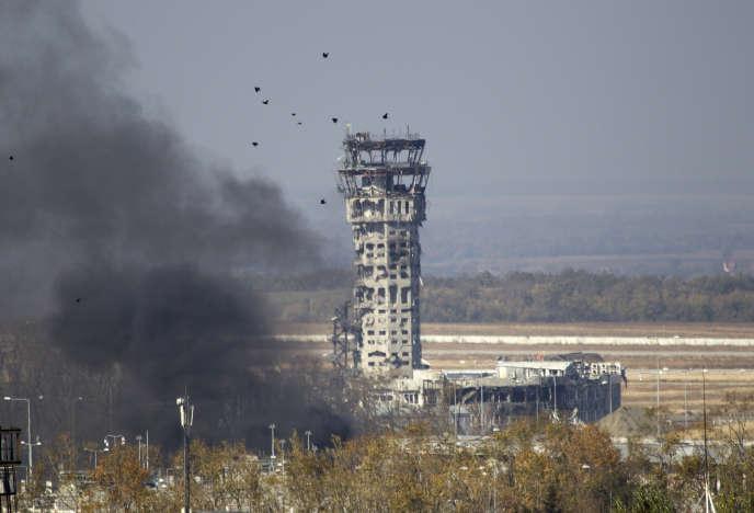 La tour de contrôle de l'aéroport de Donetsk, photographiée le 9 octobre. Elle finira par s'écrouler en décembre.