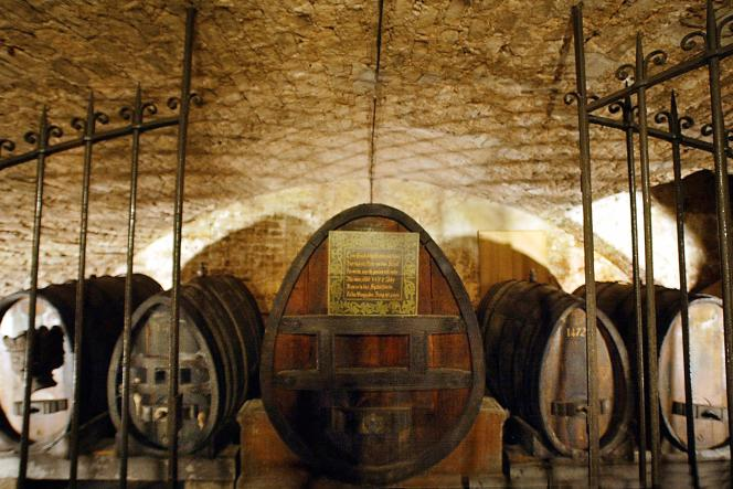 Le blanc d'Alsace millésime 1472 été transvasé, mercredi 21 janvier, dans un fût tout neuf fabriqué sur mesure.
