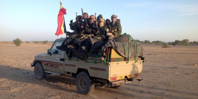 Des soldats tchadiens patrouillent à la frontière entre le Cameroun et le Nigeria. Le Tchad a envoyé près de 400 véhicules afin de combattre le groupe Boko Haram, qui contrôle la région.