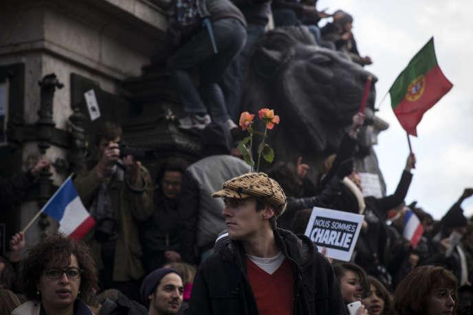 Des jeunes manifestent, le 11 janvier 2015, place de la République à Paris, en soutien aux victimes des tueries de Charlie Hebdo et de l'Hyper Casher.