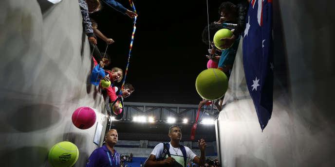 Le numéro un australien Nick Kyrgios signe des autographes le 19 janvier, après sa victoire au premier tour à l'Open de Melbourne face à l'Argentin Federico Delbonis.