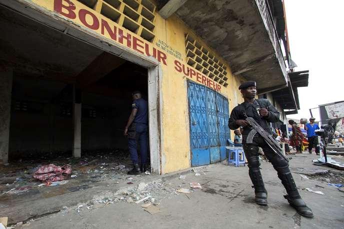 Un policier congolais pendant les manifestations contre le projet de réforme électorale qui ont secoué Kinshasa le 23 janvier 2015