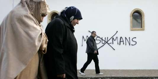 Tag islamophobe sur un mur de la mosquée de Saint-Etienne, dans la Loire, le8 janvier 2015.