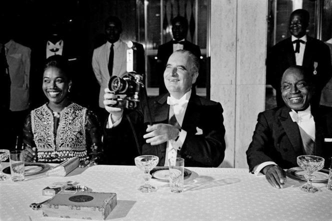 Le couple présidentiel ivoirien autour du chef d'Etat Français Georges Pompidou à Abidjan, le 6 février 1971.