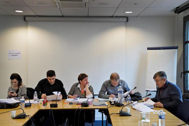 Au siège du Medef, le 16 janvier. Depuis le coup d'envoi, le 4 octobre, de cette négociation cruciale, syndicats et patronat peinent à trouver un compromis pour fluidifier le marché du travail (CGT avec au centre sa chef de file Agnès Le Bot dans la salle des Negociations).