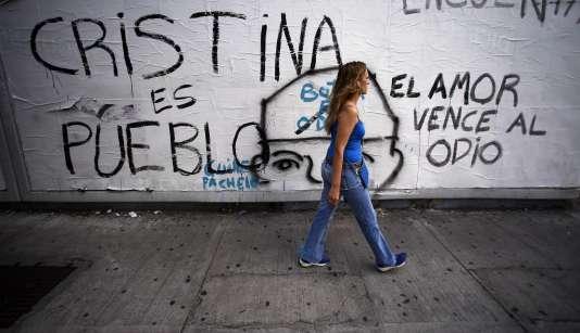 """A Buenos Aires, le 24 janvier. Sur le mur : """"Cristina est le peuple, l'amour vainc la haine""""."""