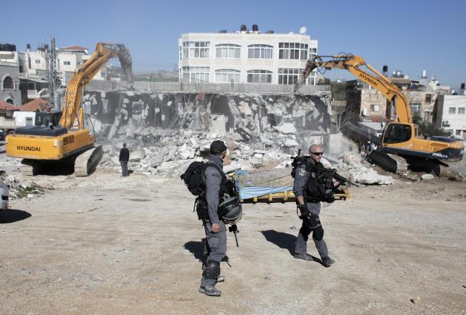 Des soldats israéliens lors de la destruction d'une maison palestinienne à Jérusalem-Est, le 21janvier.
