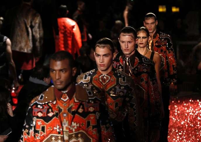 Dans sa collection riche en références, Givenchy propose des silhouettes puissantes.
