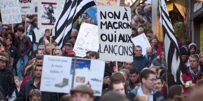Des pancartes en référence au ministre de l'économie dont la décision est attendue très prochainement sur le projet contesté d'extraction de sable, lors d'une manifestation à Lannion le 24 janvier.
