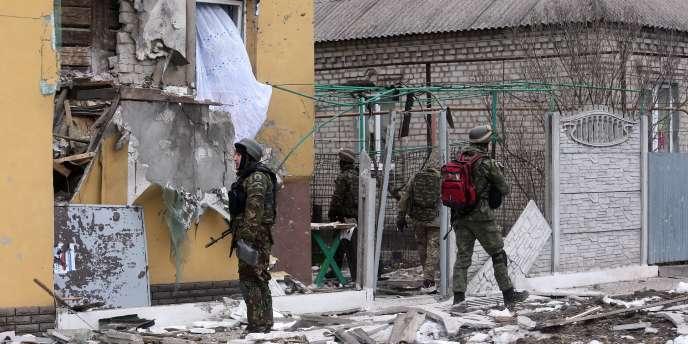 Des soldats ukrainiens dans les rues de Marioupol en Ukraine, le 24 janvier.
