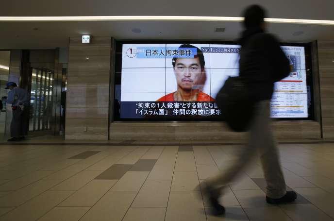 Un portrait de Kenji Goto est diffusée sur une écran à Tokyo, le 25 janvier.