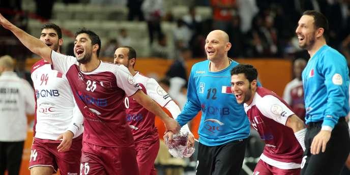 Les handballeurs de l'équipe du Qatar célèbrent leur qualification pour les quarts de