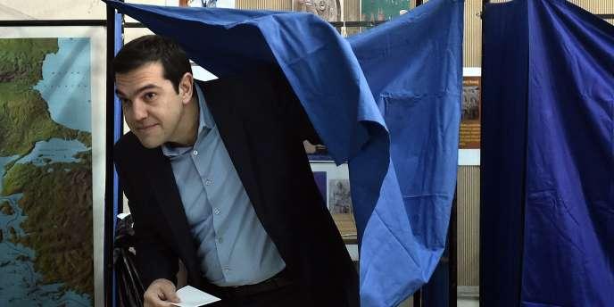 Le leader de Syriza, Alexis Tsipras, a voté dans son quartier Kypseli d'Athènes dans la matinée, au milieu d'une foire de micros et de caméras de tous les pays.