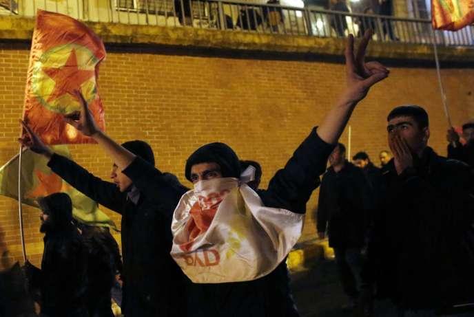 Des manifestants prokurdes célèbrent la victoire des combattants kurdes à Kobané, à Istanbul le 26 janvier.
