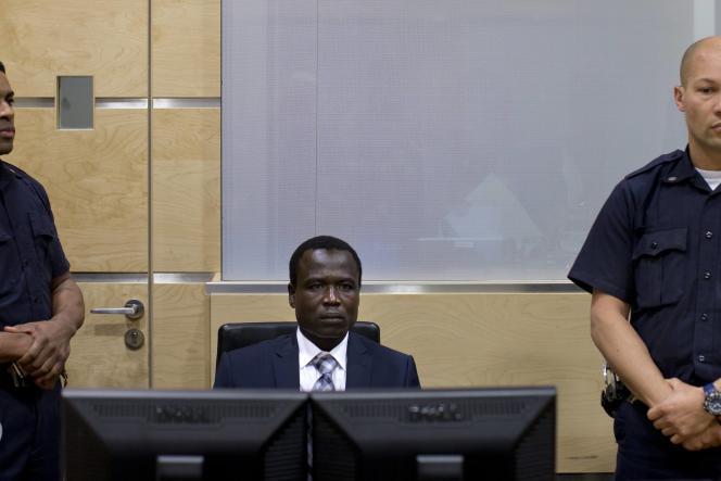 Dominic Ongwen attend l'arrivée du juge lors de sa première comparution devant la Cour pénale internationale de La Haye (Pays-Bas), le 26 janvier 2015.