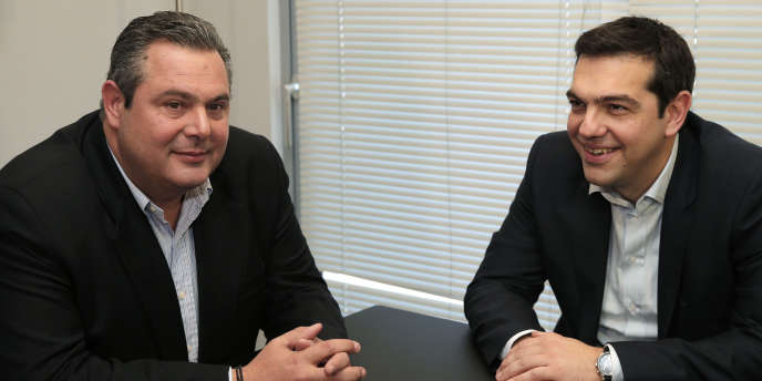 Panos Kammenos, président du parti des Grecs indépendants (à gauche) et Alexis Tsipras (à droite), leader du parti de la gauche radicale grecque Syriza, à Athènes, le 26 janvier.
