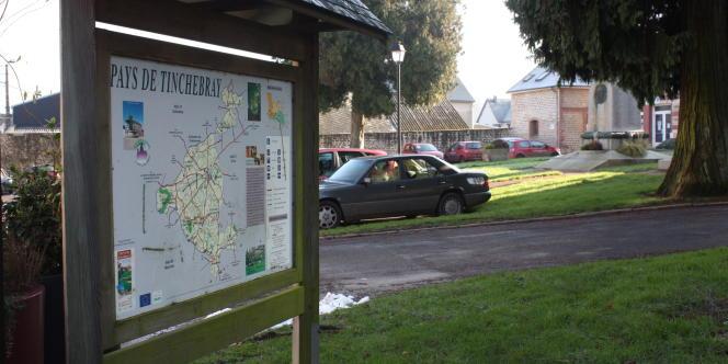 Devant la mairie de Tinchebray, dans l'Orne.