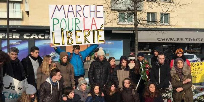 Après 600 kilomètres de marche, les lycéens posent devant l'Hyper casher de Vincennes.