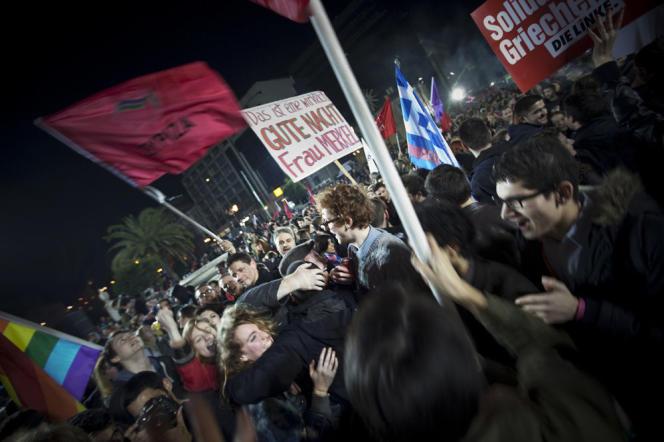 Des jeunes Européens célèbrent la victoire de la Syriza à Athènes, dimanche 25 janvier.