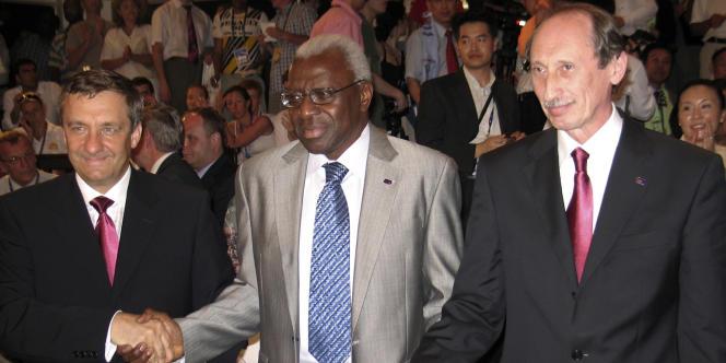 Valentin Balakhnichev (à droite), le président de la Fédération russe d'athlétisme, en compagnie de Lamine Diack, président de l'IAAF (au centre).