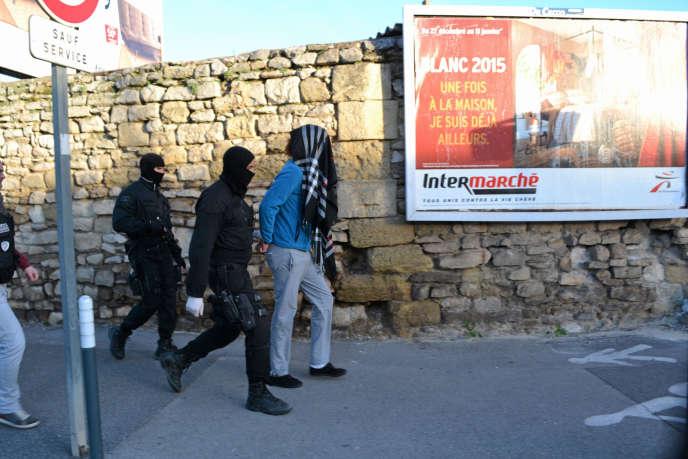 Des policiers arrêtent un suspect à Lunel, le 27 janvier.