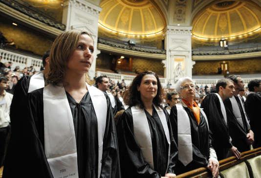 Des doctorants attendent leur diplôme à la Sorbonne, le 31 mars 2010.