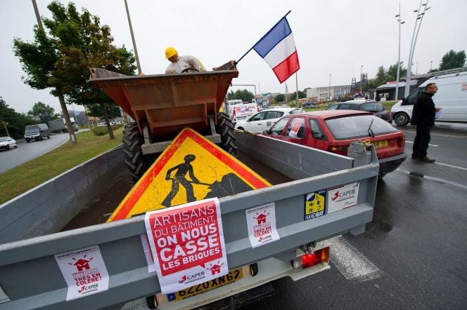Des artisans du bâtiment manifestent pour la suppression du régime d'auto-entrepreneur, et afin d'obtenir une TVA à 5%, le 13septembre2013, à Arras.