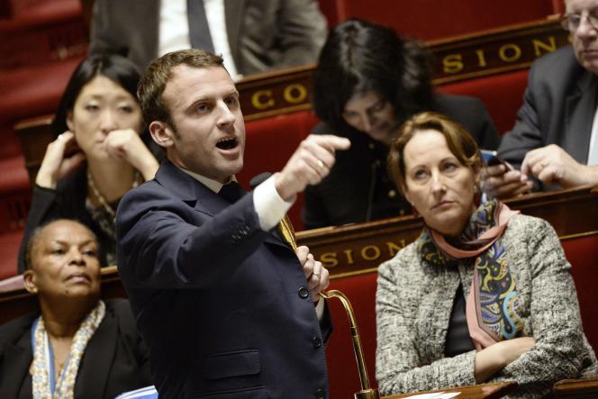 Le ministre de l'économie Emmanuel Macron défend le volet environnement de son projet de loi au Parlement, le 27 janvier 2015, devant la ministre de l'environnement Ségolène Royal.