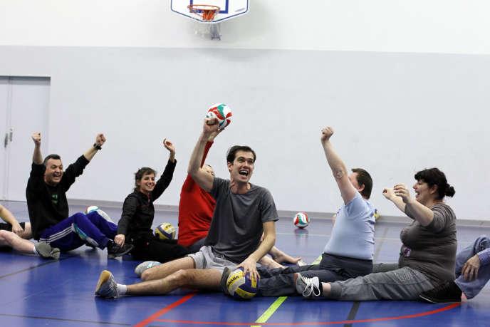 Stephane Girodat anime ses cours grâce à des exercices ludiques dans le gymnase Pierre de Coubertin.